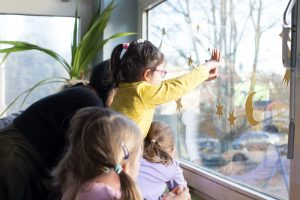 Inakindergarten, Raumfotos, Kita Flurweg, Kinder am Fenster