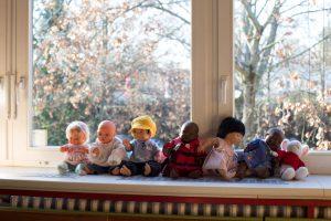 Inakindergarten, Raumfotos, Kita Flurweg, Stoffpuppen auf Fensterbank