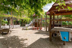 Inakindergarten, Raumfotos, Kita Lützowstrasse, Klettergerüst im Garten