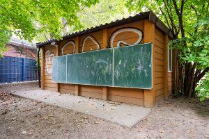 Inakindergarten, Raumfotos, Kita Lüneburger Strasse, Schuppen mit Kreidetafel