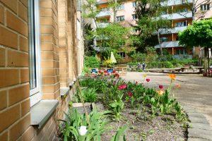 INA KINDER GARTEN Lüneburger Strasse, Garten mit Tulpen