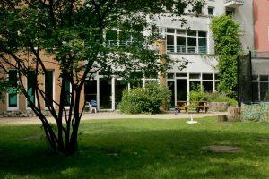 INA KINDER GARTEN Lüneburger Strasse Garten mit Blick auf das Kitagebäude