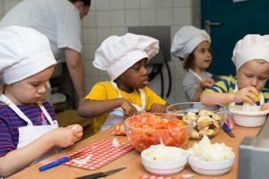 INA KINDER GARTEN Lüneburger Straße, Kinder beim Kochen