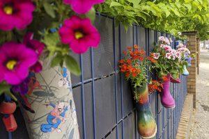 Beitragsbild News Kita Lüneburger Straße Gummistiefel am Zaun