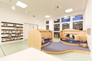 Inakindergarten, Raumfotos, Kita Finchleystrasse, Gruppenraum mit Podest
