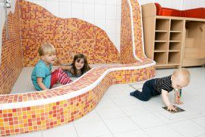 INA.KINDER.GARTEN Brüsseler Straße, Kinder im Waschraum
