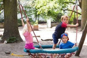 INAKINDERGARTEN. Kita-Potrait, Augustenburger-Platz, Kinder auf Schaukel