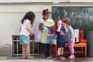 INAKINDERGARTEN. Kita-Potrait, Augustenburger-Platz, Kinder malen mit Kreide