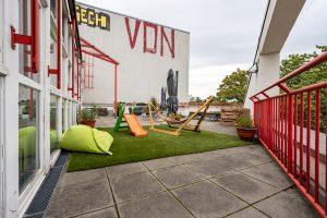 Inakindergarten, Raumfotos, Kita Grüntaler Strasse, Außenbereich mit Liegestühlen