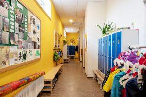 Inakindergarten, Raumfotos, Kita Seestraße, Flur mit Garderobe