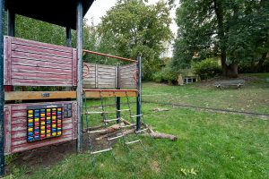 Inakindergarten, Raumfotos, Kita Seestraße, Garten mit Klettergerüst