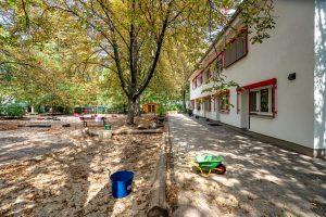 INA.KINDER.GARTEN Rosenheimer Straße, Garten mit Sandkasten